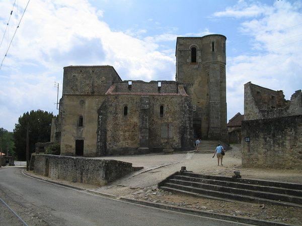 Niemieccy żołnierze zgromadzili mieszkające w miasteczku kobiety i dzieci w kościele. Następnie go spalili.