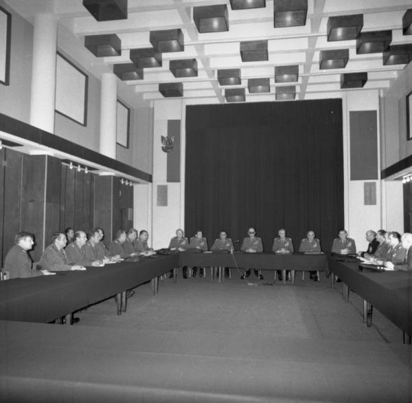 Posiedzenie Wojskowej Rady Ocalenia Narodowego pod przewodnictwem gen. Wojciecha Jaruzelskiego 14 grudnia 1981 roku. Miało ono miejsce już po tym jak oddziały ZOMO rozpoczęły ogólnokrajową akcję aresztowań działaczy opozycyjnych.