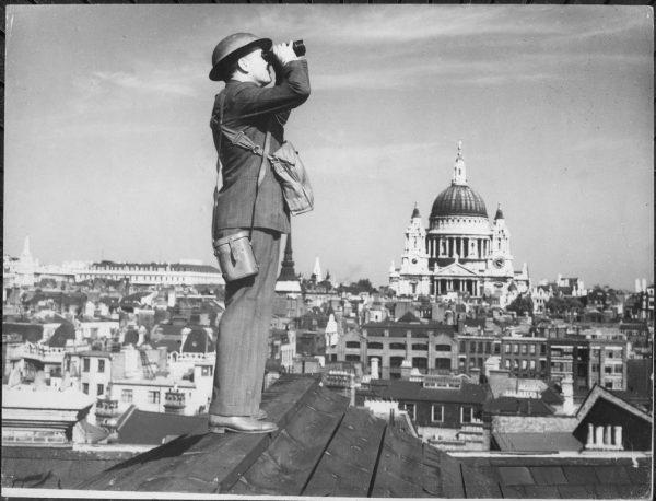 Brytyjczycy niemal natychmiast po wypowiedzeniu przez rząd wojny Hitlerowi zaczęli wypatrywać obcych samolotów. Czas bitwy o Anglię miał jednak dopiero nadejść.