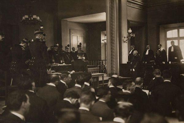 Afera wokół nieslusznego obwinienia i skazania oficera żydowskiego pochodzenia, Alfreda Dreyfusa, za zdradę państwa stała się miernikiem francuskiego antysemityzmu. Ostatecznie sąd kasacyjny w 1906 roku uznał niewinność kapitana.