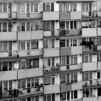 Blokowisko, czyli jedna z najbardziej charakterystycznych pozostałości po PRL (fot. blizniak, lic. CC0)