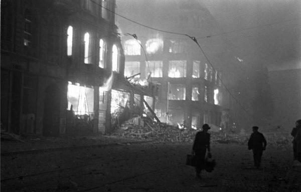"""22 marca ponad 800 bombowców, naprowadzanych przez wyposażone w radary H2X samoloty zwane """"tropicielami"""", zbombardowało Berlin znad grubej powłoki chmur niszcząc wiele celów przemysłowych. Na zdjęciu płonący po alianckim ataku bombowym Berlin."""