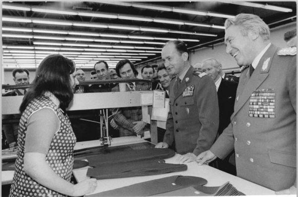 Wojciech Jaruzelski składający wizytę w zakładach tekstylnych w Chociebuży, ówczesnej NRD (marzec 1975 roku). Wtedy był on jeszcze ministrem obrony narodowej. Rok 1981 przyniósł mu funkcję przewodniczącego WRON i I sekretarza KC PZPR oraz Prezesa Rady Ministrów.