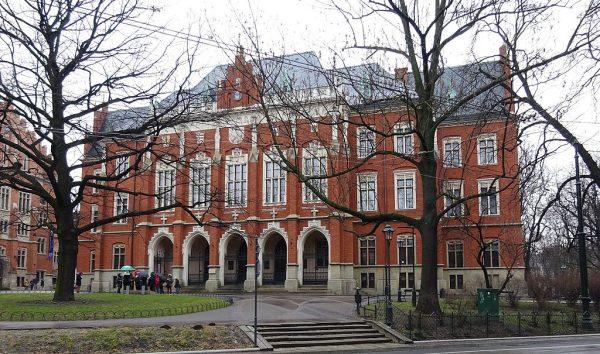 Władza Polski Ludowej na wiele sposobów starała się ingerować w życie uczelni.