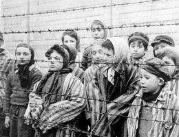 Dzieci ocalałe z Auschwitz. Czy nowa ustawa w jakikolwiek sposób zmieni postrzeganie tego obozu? (fot. domena publiczna)