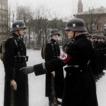 Esesmani z Dywizji Pancernej SS Leibstandarte Adolf Hitler (fot. Bundesarchiv Bild 183-H15390, lic. CC BY-SA 4.0)
