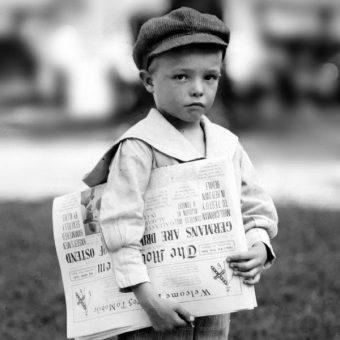 Mały gazeciarz (fot. domena publiczna).