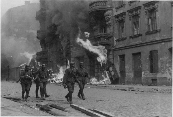 """Fotografia z Raportu Stroopa. Oryginalny niemiecki podpis: """"Drużyna szturmowa""""."""
