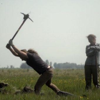 Gino Caspari przy pracy w czasie wykopalisk na Syberii (kadr z materiału zamieszczonego przez serwis newsweek.com)