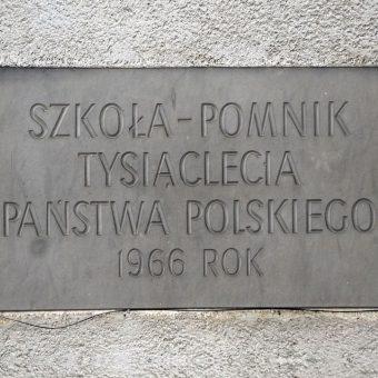 Hasło propagandowe brzmiało - tysiąc szkół na tysiąclecie (fot. Adrian Grycuk, lic CCA SA 3.0)