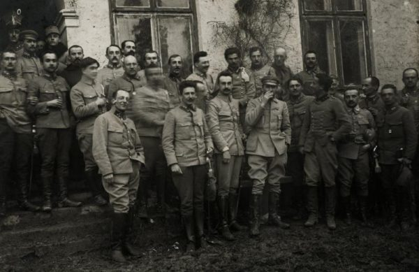Zrozpaczony Piłsudski po klęsce jego planu brał pod uwagę nawet samobójstwo. Wkrótce jednak zaangażował się w tworzenie Legionów Polskich. Na zdjęciu w otoczeniu legionistów w dniu imienin w 1915 roku.