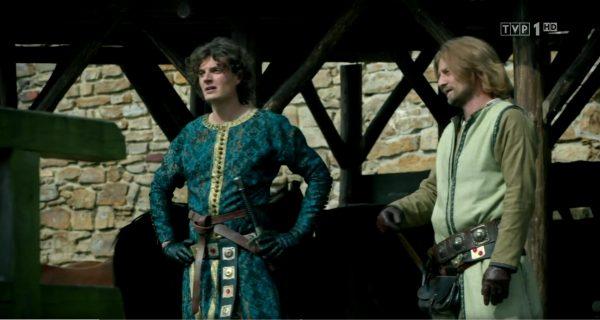 Kazimierz Wielki (z lewej) w swoim okazałym wdzianku. Kadr z pierwszego odcinka Korony królów.