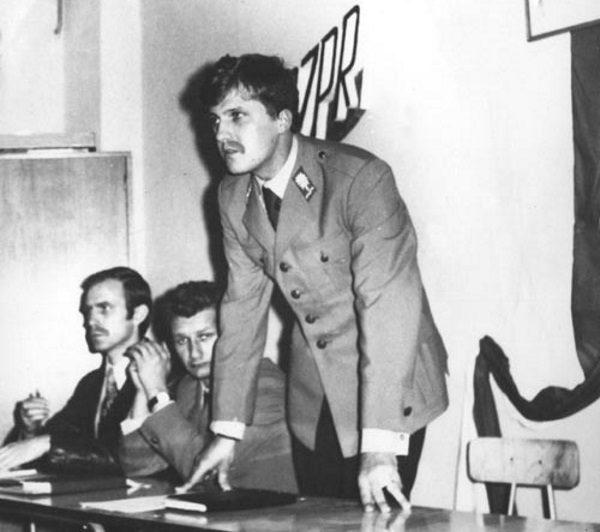 Funkcjonariusze Milicji Obywatelskiej dopiero od 1957 roku nosili pałki. Na decyzję o dodaniu ich do uzbrojenia z pewnością miał wpływ wzrost przestępczości odnotowany w trakcie odwilży.