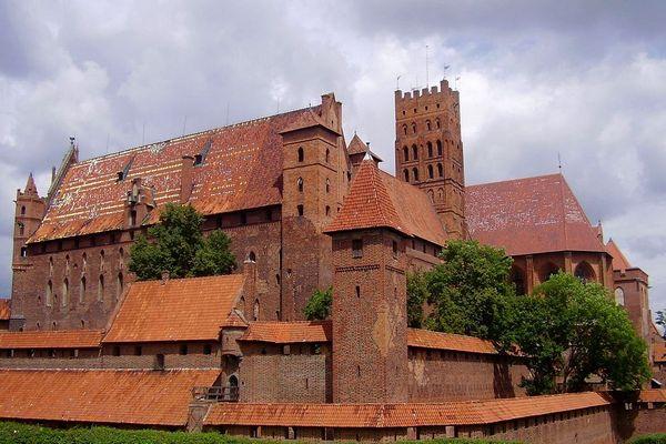 Zamek w Malborku to jedna z głównych średniowiecznych atrakcji Polski… choć wcale nie budowali go Polacy. Na zdjęciu Zamek Wysoki.