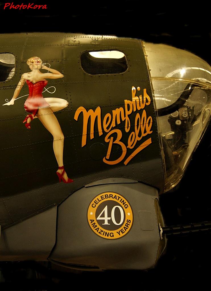 """Tytułowa """"Ślicznotka"""" z amerykańsko-brytyjsko-japońskiego filmu """"Ślicznotka z Memphis"""" to bombowiec B-17, amerykański czterosilnikowy ciężki samolot bombowy dalekiego zasięgu, zbudowany w połowie lat 30-tych XX wieku. Film przedstawia ostatnie zadanie samolotu i jego załogi - bombardowanie Bremy."""