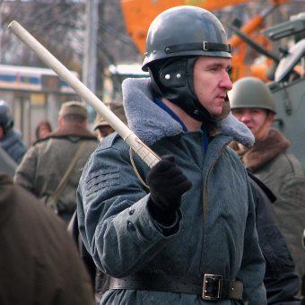 Milicjant z pałką. W rzeczywistości to aktor grający w filmie Czarny czwartek. Janek wiśniewski padł, w którym opowiedziana została historia masakry grudniowej z 1970 roku (fot. Starscream, lic. CCA-SA 3.0)