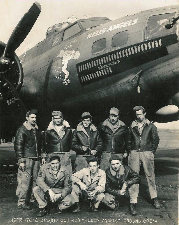 25 kwietnia 1945 roku 8. Armia Powietrzna przeprowadziła ostatnią swą operację bojową w Europie. Latające fortece B-17s zbombardowały zakłady zbrojeniowe Škoda w Pilźnie w Czechosłowacji, zaś Liberatory B-24 zaatakowały górską kwaterę Hitlera w Berchtesgaden. Na zdjęciu załoga B-17F z Dywizjonu 358.