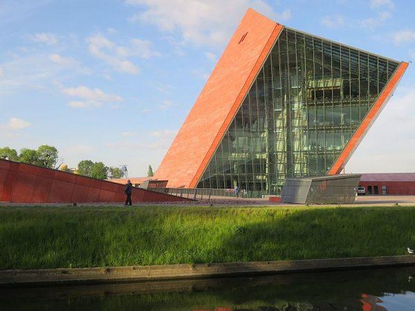 Muzeum II Wojny Światowej w Gdańsku zostało oficjalnie otwarte 23 marca 2017 roku, chociaż jako państwowa instytucja kultury powołana została w roku 2008. Na zdjęciu siedziba muzeum.