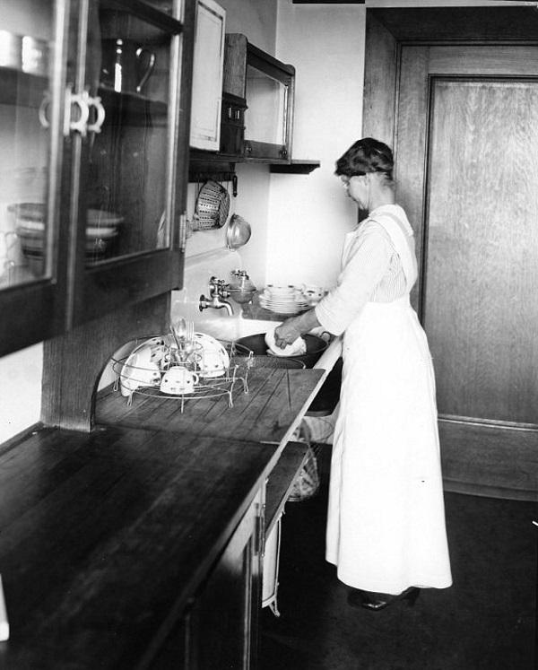 Mycie naczyń wymaga skupienia - lata '20. (fot. domena publiczna)