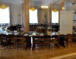 Najsłynniejszy w Polsce okrągły stół. (fot. Adrian Grycuk, lic. CCA-SA 3.0)