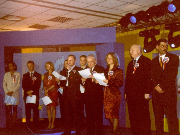 Afera Rywina rozpoczęła się w momencie, gdy polski rząd kończył negocjacje w sprawie akcesji Polski do Unii Europejskiej. Na zdjęciu spotkanie prounijne w warszawskim hotelu Gromada.
