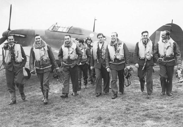 Przekazane przez rodzinę pamiątki po Witoldzie Łokuciewskim (czwarty z prawej) pomagają opowiadać historię polskich lotników.