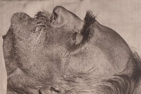 Marszałek Józef Piłsudski na łożu śmierci w pokoju, w którym umarł.