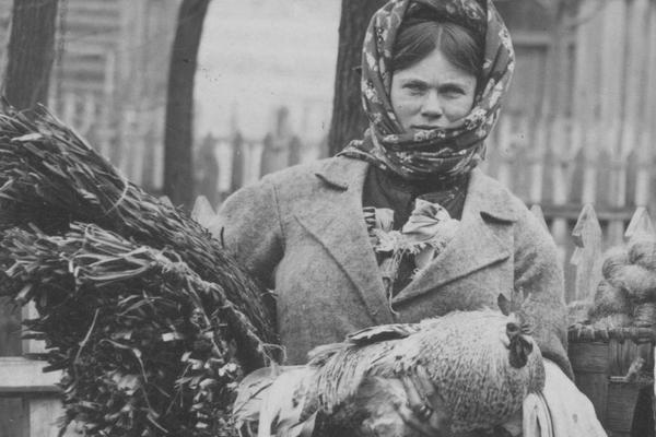 Poleska kobieta w drodze na targ. Zabiera wszystko, co może spieniężyć, by kupić niezbędne rzeczy jak nafta czy sól.