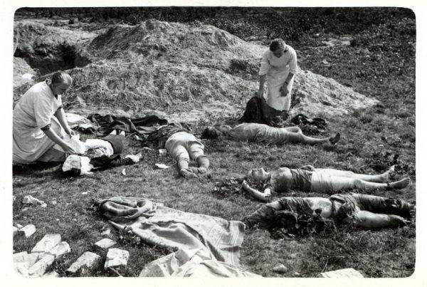 Chociaż Amerykańscy lotnicy starali się mierzyć w dany cel jak najbardziej precyzyjnie, bardzo często zdarzało się, że śmierć ponosili niewinni. Niemcy poczuli się dokładnie tak, jak atakowane przez nich kraje. Na zdjęciu ofiary ostrzału ludności cywilnej przez Luftwaffe.