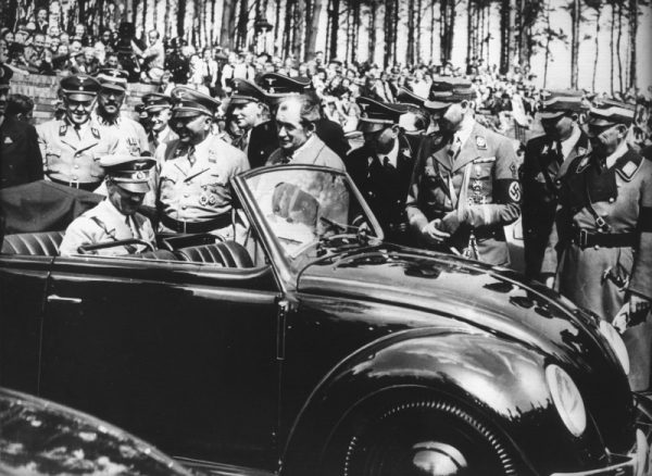 Przełom w motoryzacji nastąpił gdy Hitler wprowadził na rynek słynnego garbusa (fot. domena publiczna)