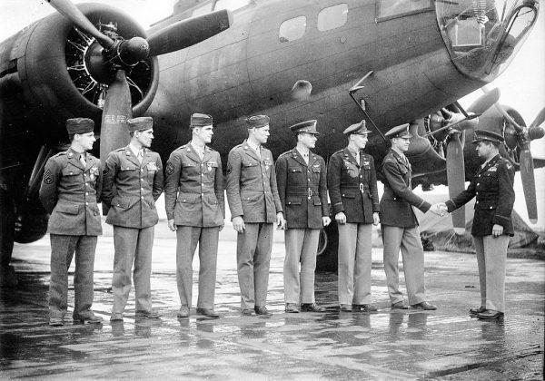 8. Armia Powietrzna pierwsze dzienne naloty na terytorium Niemiec rozpoczęła w styczniu 1943 roku. Formację prowadziła 306. Grupa Bombowa z Franckiem Armstrongiem na czele. Amerykanie stracili jednego B-17, ale strącili 7 niemieckich myśliwców. Na zdjęciu Curtis LeMay, amerykański wojskowy i generał lotnictwa, z jedną z załóg 306. Grupy Bombowej.