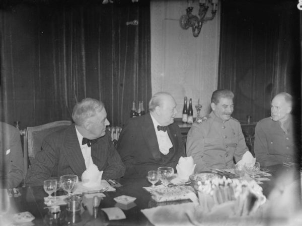 Im silniejsza była pozycja Stalina w obozie aliantów, tym trudniejsza stawała się sytuacja Polaków. Na zdjęciu Stalin z Churchillem i Rooseveltem w Teheranie pod koniec 1943 roku.