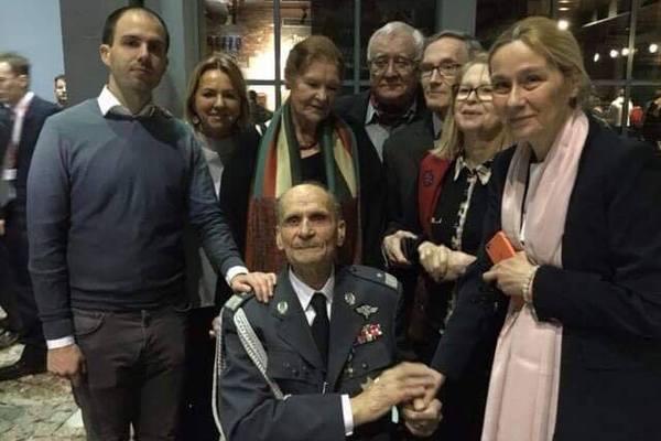 Gen. bryg. Zbigniew Ścibor-Rylski w gronie najbliższych na przyjęciu zorganizowanym z okazji jego setnych urodzin.
