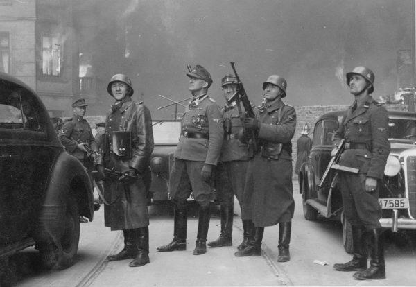 Jürgen Stroop (na zdjęciu z płonącego getta warszawskiego w 1943 roku; pośrodku, w czapce polowej) był hitlerowskim zbrodniarzem, odpowiedzialnym m.in. za krwawe stłumienie powstania w getcie warszawskim. To również autor tzw. Raportu Stroopa opisującego niemiecką wersję wydarzeń podczas powstania w getcie, sporządzonego dla Himmlera.