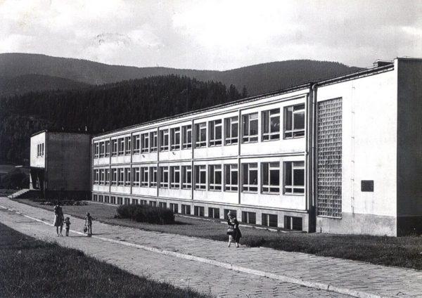 """Szkoła """"tysiąclatka"""" w Węgierskiej Górce (fot. domena publiczna)"""
