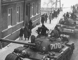 Tak wyglądąły polskie ulice podczas stanu wojennego - pełne czołgów T-55. Czy dekret Rady Państwa z grudnia 1981 był jednak zgodny z ówczesnym prawem?