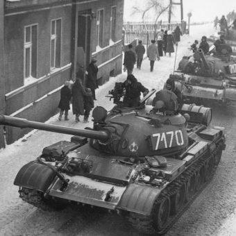 Tak wyglądały polskie ulice podczas stanu wojennego - pełne czołgów T-55. Czy dekret Rady Państwa z grudnia 1981 był jednak zgodny z ówczesnym prawem?