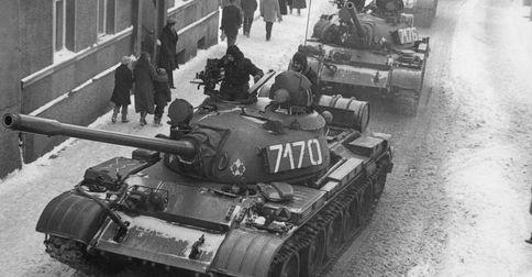 Czołgi na ulicach miast w stanie wojennym (fot. domena publiczna)