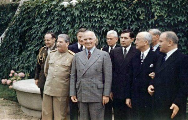 Na Zachodzie nawet w trakcie zimnej wojny nie kwestionowano zasług Stalina w trakcie II wojny światowej. W jego zbrodnie najczęściej po prostu nie wierzono. Na zdjęciu Stalin z przywódcami zachodnimi w trakcie konferencji w Poczdamie.