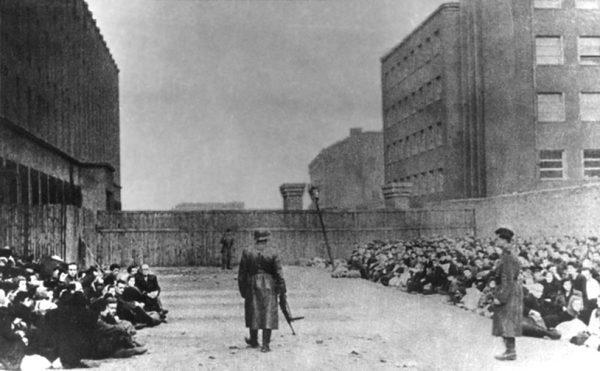 Żydzi, którzy mieli być wysiedleni, oczekiwali na wywózkę na Umschlagplatzu. Wśród pozostałych powoli narastała świadomość, że z tej drogi nie ma już powrotu.