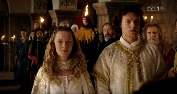 Wybitnie historyczna suknia ślubna Aldony Anny. Kadr z pierwszego odcinka Korony królów.