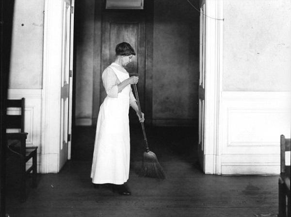 Zanim upowszechniły się odkurzacze, każdy pyłek z podłogi trzeba było wymieść z pomocą miotły (fot. domena publiczna).