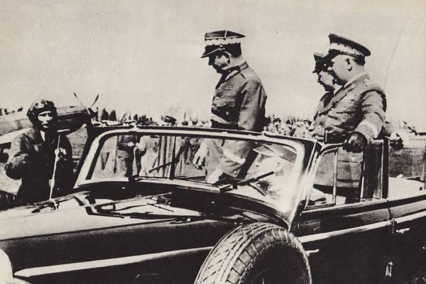 """Michał Rola-Żymierski wizytuje 1 Pułk Lotnictwa Myśliwskiego """"Warszawa"""" w 1947 roku. Tadeusz Wicherkiewicz dowodził pułkiem od 1945 roku do aresztowania w 1948 roku."""