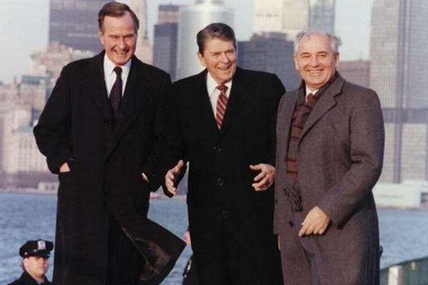 Reagan, Bush i Gorbaczow w Nowym Jorku w 1988 roku.