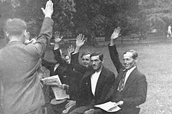 36 spośród bojówkarzy, którzy pod wodzą Adama Doboszyńskiego opanowali na kilka godzin Myślenice, stanęło przed Sądem Okręgowym w Krakowie. Na zdjęciu grupa oskarżonych na ławce w parku.