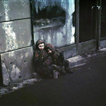 Dzieci były szczególnie wrażliwe na nieludzkie warunki panujące w getcie. Jak komukolwiek udawało się przeżyć stworzone przez nazistów piekło?