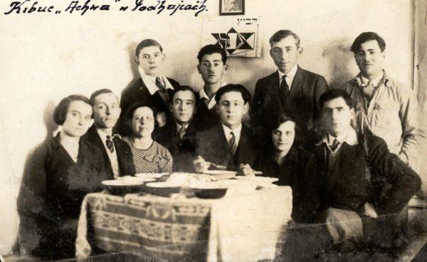 """W dwudziestoleciu międzywojennym kibuce powstawały w różnych regionach Polski. Na zdjęciu członkowie kibucu """"Achwa"""" w Podhajcach."""