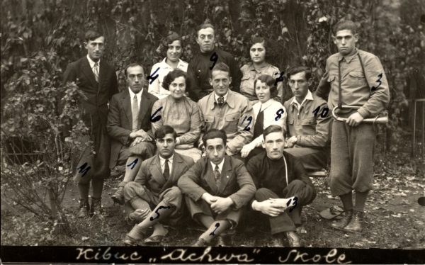 """Praca w polskim kibucu była często przygotowaniem do przyszłej pracy już w Izraelu. Na zdjęciu członkowie kibucu """"Achwa"""" w Skolem."""