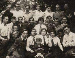 """Kibuce przyciągały zwłaszcza młodych. Na zdjęciu członkowie kibucu """"Achwa"""" w Drohobyczu w 1932 r."""