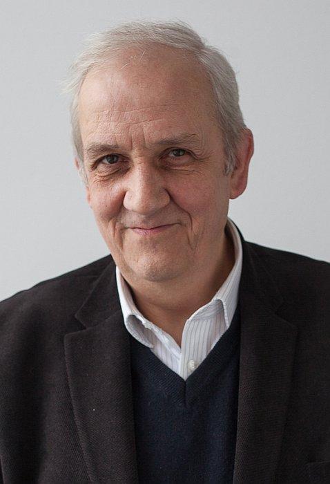 """Prof. Andrzej Friszke, jako historyk i członek Kolegium IPN, zajmuje się przede wszystkim czasami PRL. Pierwszą swoją książkę o KOR wydał w 1983 roku pod pseudonimem """"Witold Wolski""""."""